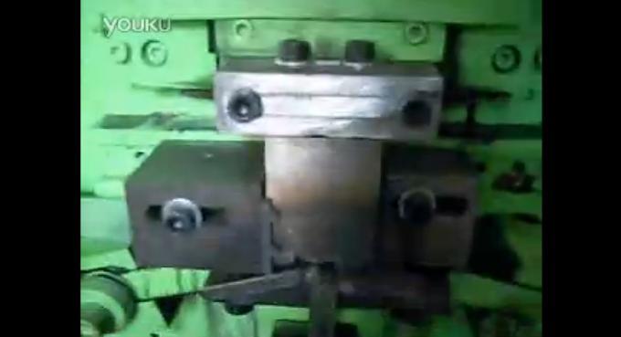 视频: 铸管带钢打包扣一次成型生产机